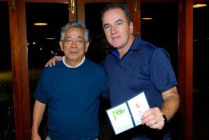 Antonio Takeo e Edgar Rosa, ganhador do sorteio da Golf Travel Foto: Zeca Resendes