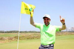 Tadeu Schmidt comemora seu primeiro hole in one Foto: Gustavo Garrett/CBG