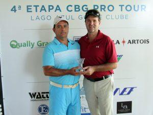 Rafael Barcellos recebendo seu troféu