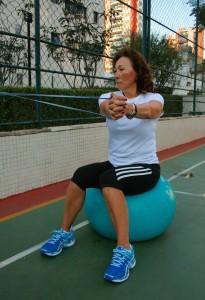 -Ex 1: Rotacão com elástico sentado: objetivo: Força de centro e mobilidade de ombros e coluna