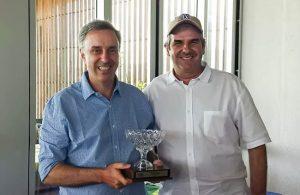 Gugu recebe Taça Mario Gonzalez de Carlos Favoreto, presidente do OGC. Fotos: Claudia Celi