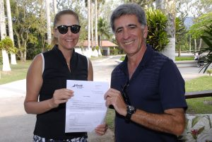 Nina Fiss ganhaddora do voucher da Golf Travel e Fernando Vieira