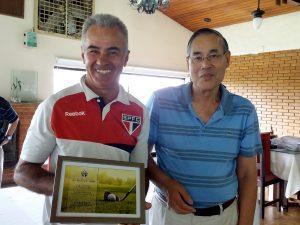 Gilberto Oliveira recebendo seu prêmio