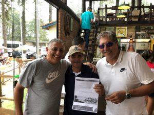 Delci Rodrigues recebendo pacote da Golf Travel