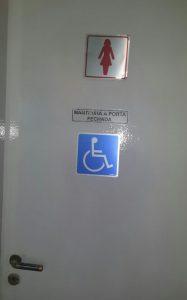 Adesivo no banheiro feminino