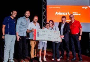 Gabriel Hammoud recebe o prêmio das mãos de Guilherme Paulus, presidência da Avianca Brasil e Secretaria de Turismo de Foz do Iguaçu Foto: Jean Pavão