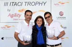 Anna Helena Araújo, conselheira do ITACI, premia a dupla campeã de Ricardo Sapag e Luis Eduardo Araúj Foto: Thais Pastor/F2
