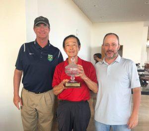 Campeão Lo Hsien recebendo seu troféu