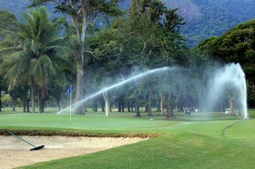 O novo sistema de irrigação em funcionamento no Itanhangá Foto: Fábio Vicente