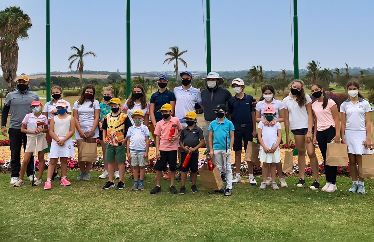 Escolinha de golfe Anwar Damha reúne 25 alunos para comemorar o Dia das Crianças, em São Carlos