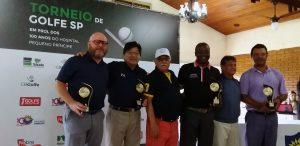 Equipe campeã recebendo troféu